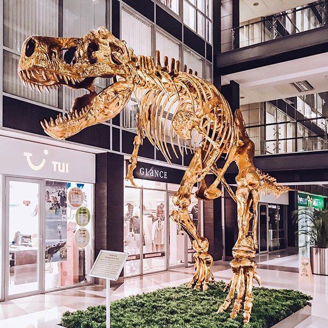 Золотой динозавр в Omega Plaza - viil.ru
